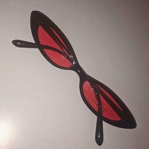 Älskar dessa solglasögon. Köpte två par och säljer det ena. Aldrig använda.