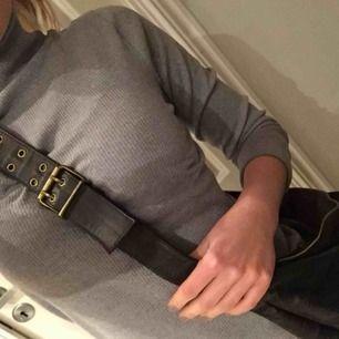 Oanvänd brun väska, inköpt i surfaffär i USA för några år sedan som inte kommer till användning tyvärr. Mörkbrun i mockaliknande typ med lite skiftningar i färgen. Rymlig och skön att bära. Pris inklusive frakt! ✨✨