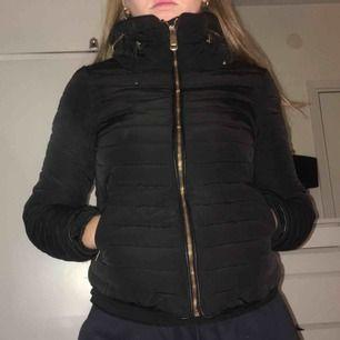 Vadderad jacka från Zara, den något mindre i storleken. Supervarm och bekväm!