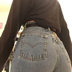 Högmidjade Levis jeans köpta på beyond retro, i fint skick!!! Säljer pga tyvärr för stora<///3 frakt tillkommer🌸 (är ca 170)