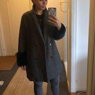 Otroligt snygg, rutig kappa från Zara. Blå fuskpäls i ärmarna. Inköpt förra vintern men är aldrig använd.
