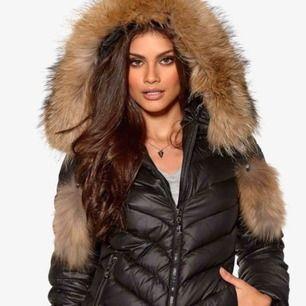 Storlek 38, sparsamt använd en vinter. Säljes pga köp av längre jacka.  Jackan har tofsar som på första bilden som går att ta av. Inköpt förra vintern för 3500kr