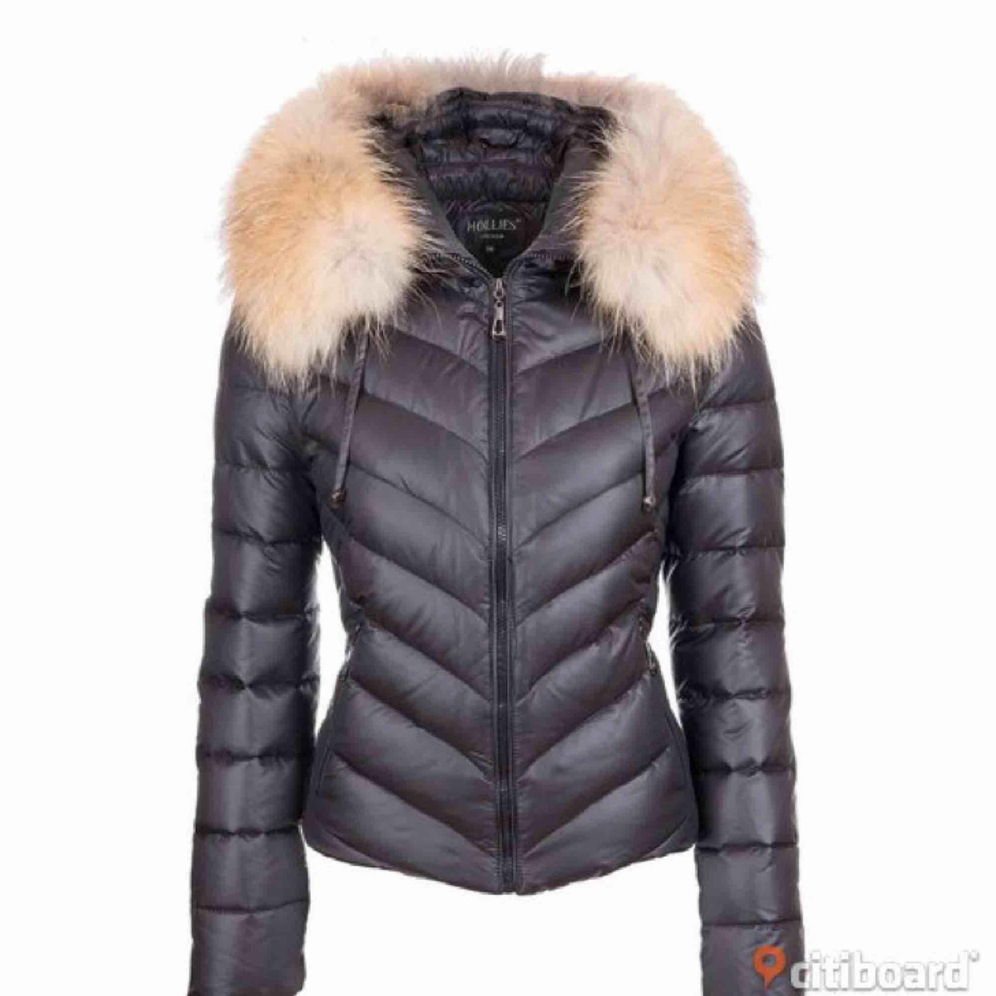 Storlek 38, sparsamt använd en vinter. Säljes pga köp av längre jacka.  Jackan har tofsar som på första bilden som går att ta av. Inköpt förra vintern för 3500kr . Jackor.