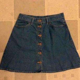 En jättefin kjol jag tyvärr inte använt många gånger då jag tycker den är för kort för mig. I bra skick och kan hämtas i Eskilstuna eller skickas.