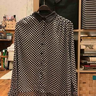 Rutig lite lätt genomskinlig skjorta. Använt några gånger, i väldigt bra skick. Kan skickas eller mötas upp i Eskilstuna.