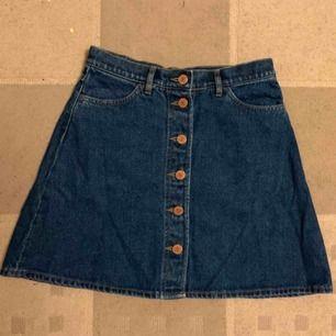 Väldigt fin jeanskjol i bra skick, säljes på grund av att den är alldeles för liten. På andra bilden visar jag en kjol i samma modell men storleken större (dvs 38). Kan mötas upp i Eskilstuna eller skicka.