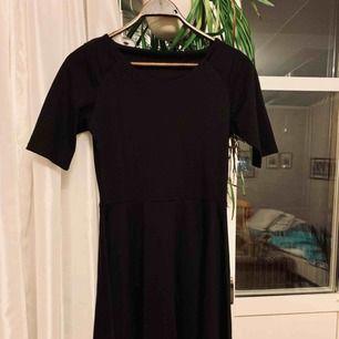 Svart klänning som slutar vid knäna, använd bara ett väldigt fåtal gånger. Kan mötas upp i Eskilstuna eller skicka.