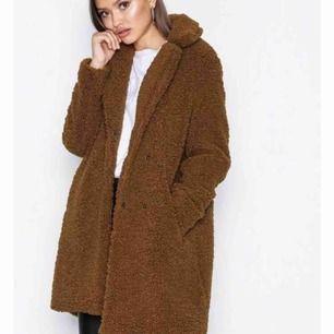 Säljer denna Teddy coaten i storlek S då jag inte tycker att färgen passar mig. Köpte den för en månad sedan och är fortfarande som ny