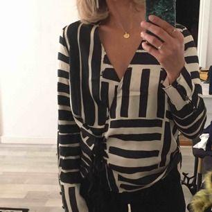 Randning blouse med knytsnören nedtill. Använd knappt 5 gånger.