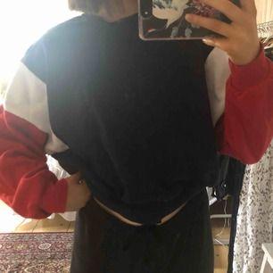 Sweatshirt från H&M. Den är röd, vit och marinblå. Använd ett fåtal gånger. Inga fläckar på tröjan bara på min spegel😅 Går till midjan ungefär på mig.
