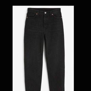 Svarta momjeans från Monki. Dem är i modellen taiki som är tighta i midja o rumpa, lite pösigare i lår. Perfekt för oss med smal midja men större benen.För er som letat efter mom-jeans men aldrig hittat några som passar är dessa för er.