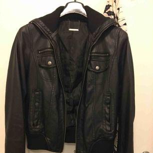 Fake leather jacka, unisex. Märket finns ej i Sverige!