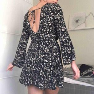 Kort flowig klänning från MANGO. Säljer den då den är för liten för mig ( d1d587746b5ed