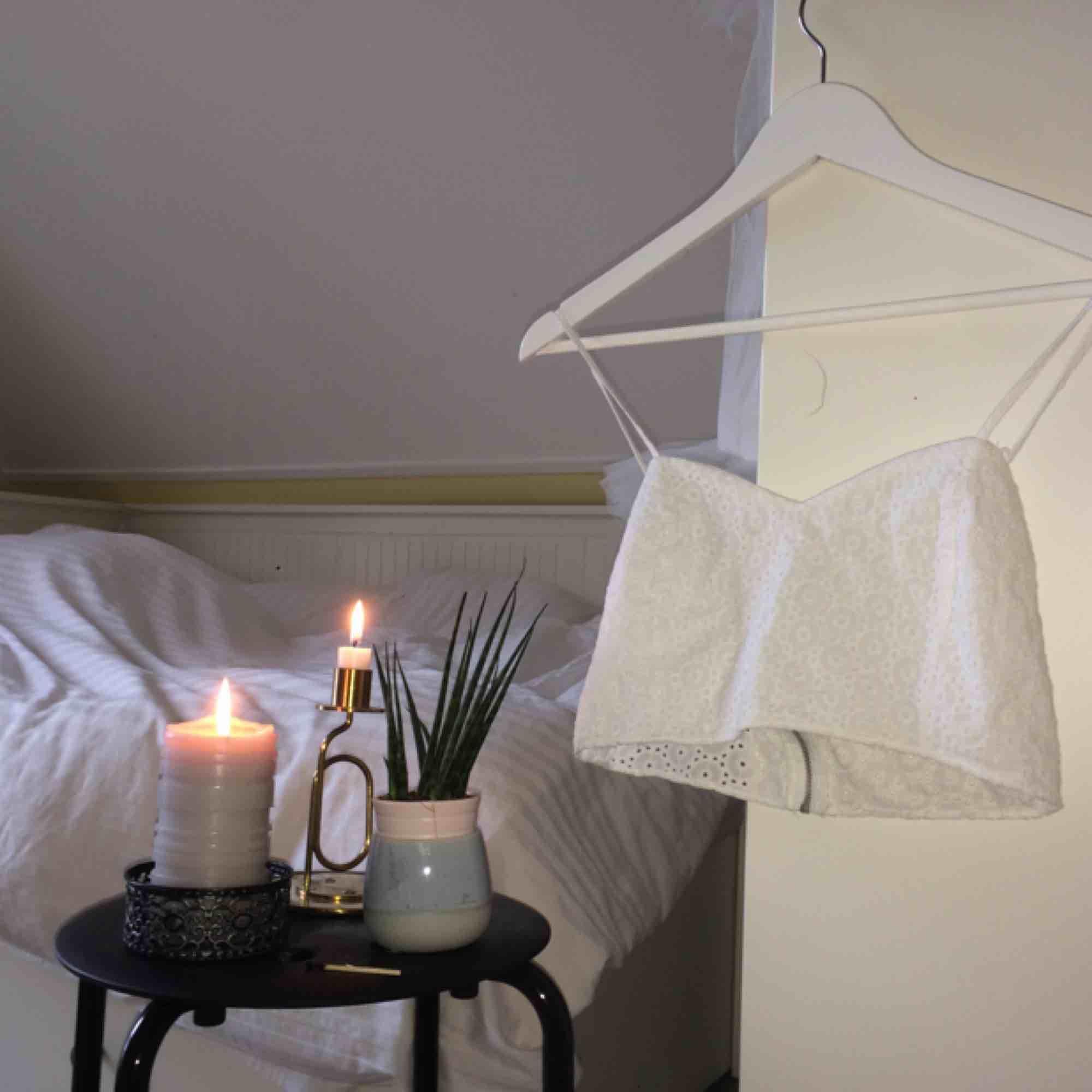 Blommig och vit sommartopp från zara med dragkedja i ryggen. Jätteskön och lätt material. 🌻Frakt tillkommer🦕 No refunds 🌻. Toppar.