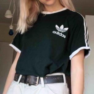 Mörkgrön adidas tshirt, inte jätteanvänd, storlek L men passar mindre som oversized