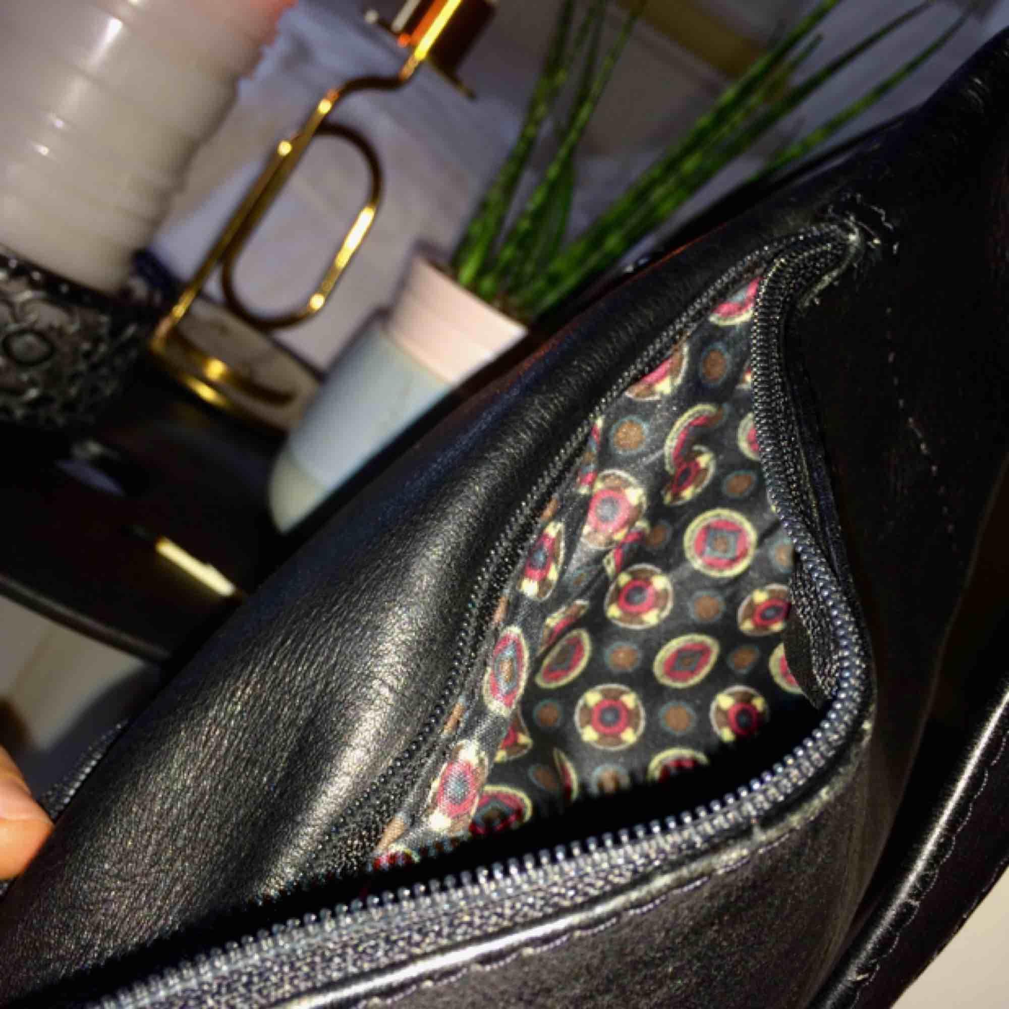 Cool fannypack i läderliknande material och med ett skitsnyggt mönstrat foder. Mycket praktisk med knäppning samt 3 olika fickor. Säljer då det inte passar min stil längre. 🌻Frakt tillkommer🦕 No refunds 🌻. Accessoarer.