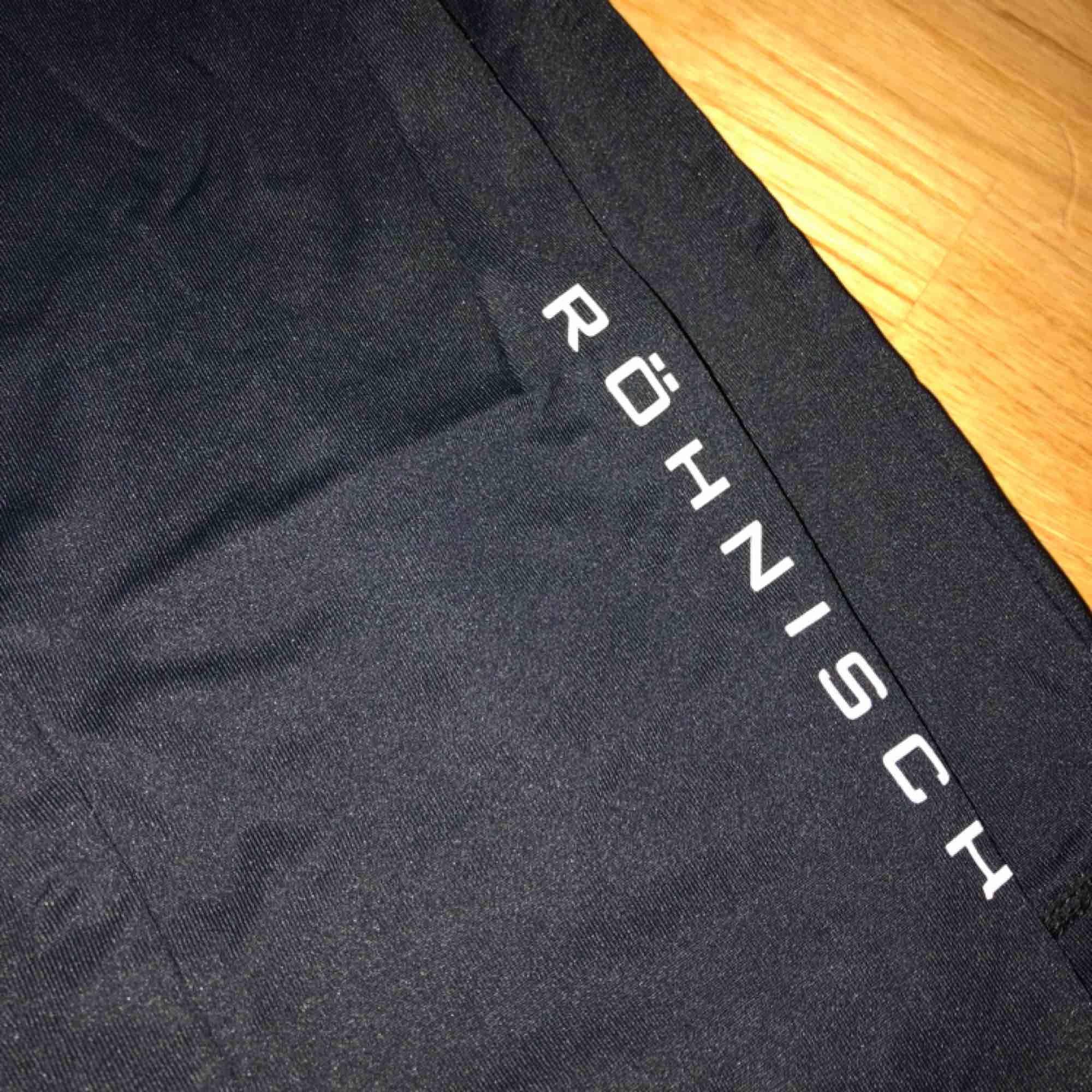 Jättefina helt nya tränings/sport tights från röhnisch. Kan gärna gå ner i pris vid snabbaffär. Jeans & Byxor.