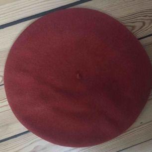 Röd-orange basker köpt second hand i jättebra skick!
