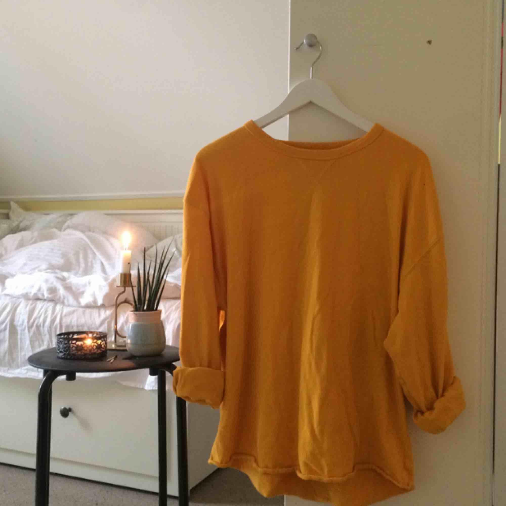 Gul oversized sweatshirt från Freestyle köpt i USA under mitt utbytesår. 🌻Frakt tillkommer🦕 No refunds 🌻. Tröjor & Koftor.