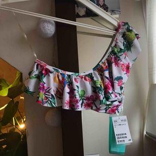 Oanvänd mönstrad bikinitopp från H&M off shoulder. Frakt: 39 kr.