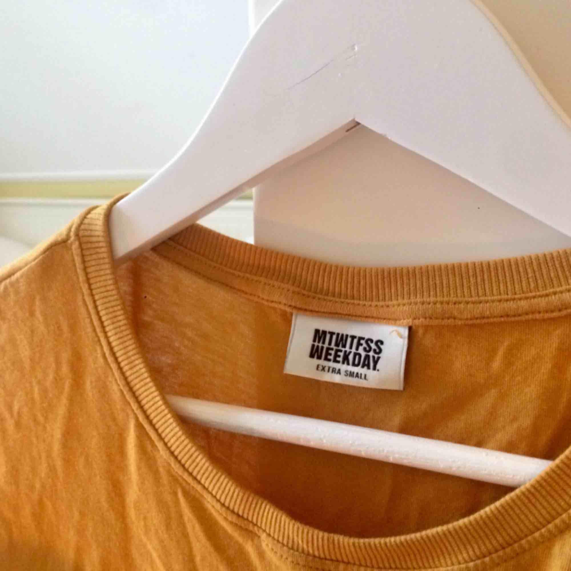 Gul t-shirt från MTWTFSS WEEKDAY. 🌻Frakt tillkommer (25kr)🦕 No refunds 🌻. T-shirts.