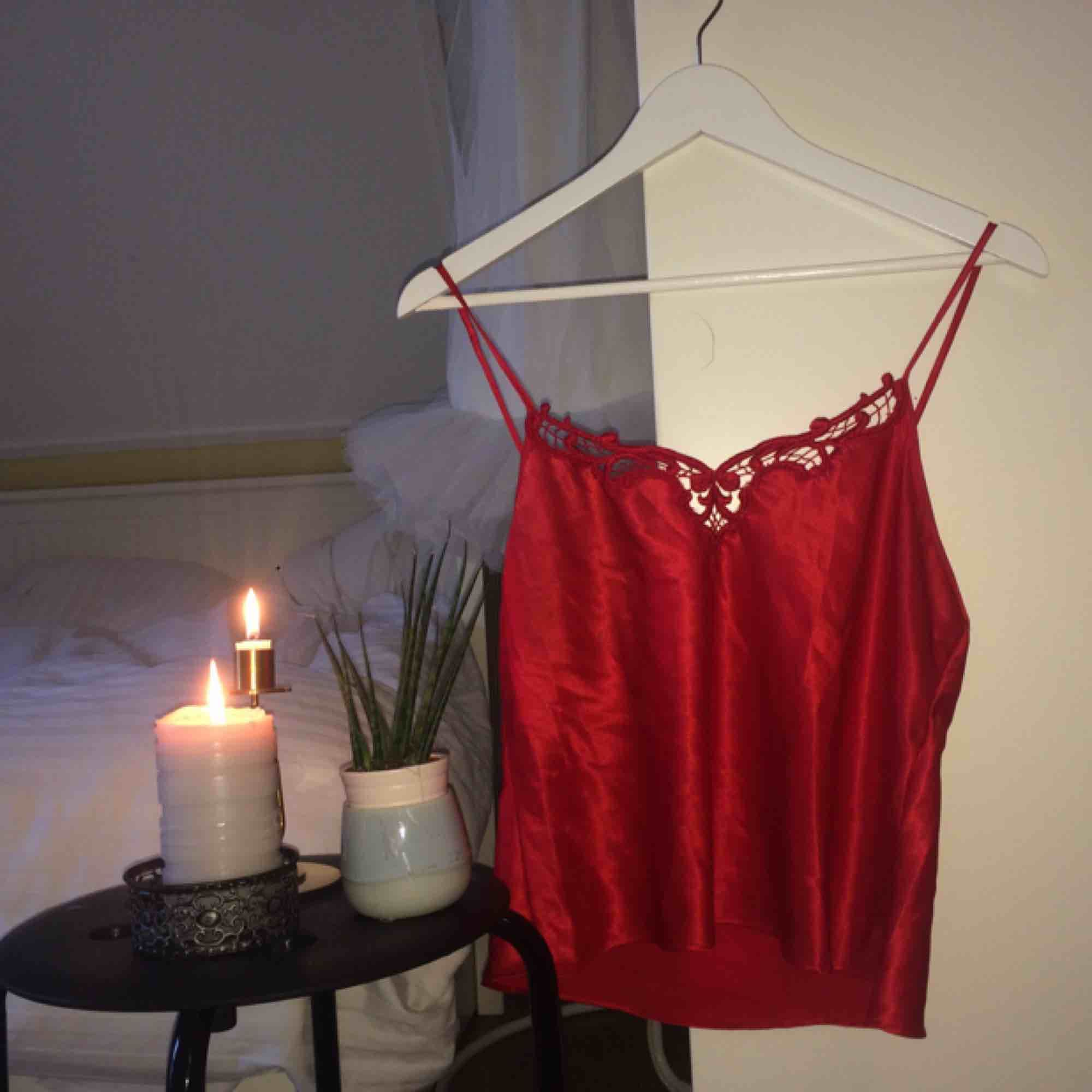 Mycket vacker röd romantisk sidentopp köpt i USA under mitt utbytesår. 🌻Frakt tillkommer (25kr)🦕 No refunds 🌻. Toppar.