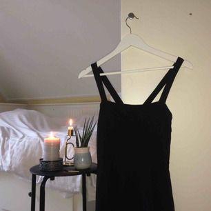 Den lilla svarta... Stretchig, svart klänning med raka snitt som går ut vid midjan. Passar perfekt att ha ovanpå t-shirts och tröjor. 🌻Frakt tillkommer🦕 No refunds 🌻