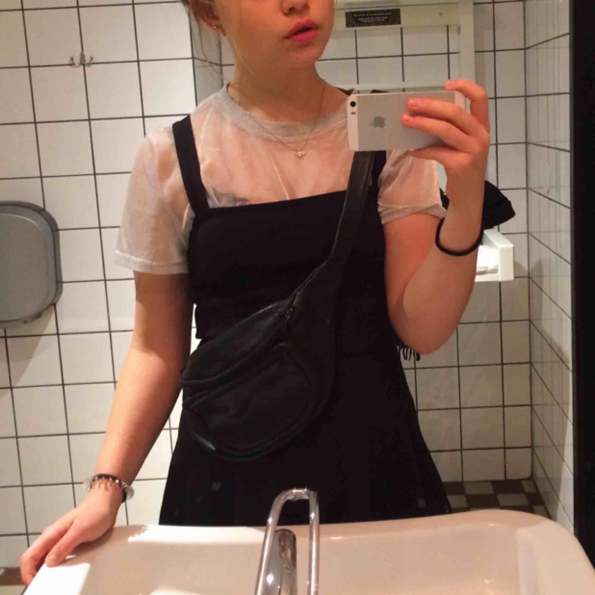 Den lilla svarta... Stretchig, svart klänning med raka snitt som går ut vid midjan. Passar perfekt att ha ovanpå t-shirts och tröjor. 🌻Frakt tillkommer🦕 No refunds 🌻. Klänningar.