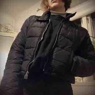 Jättevarm och skön jacka som inte längre används. Märket är g-star. Passar perfekt för vintern/hösten.