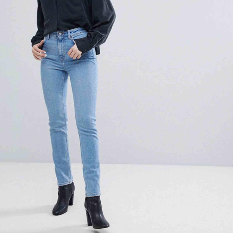 jeans från weekday, i modellen way storlek w25 l30 skulle säga att de passar en w26 också de är riktiga jeans OCH INGA jeggings dem är högmidjade och fin form ny pris 600kr frakt ingår i priset💌. Jeans & Byxor.