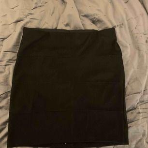 Kort svart kjol från ginatricot Aldrig använd Storlek M men passar även S Skriv om du vill se fler bilder