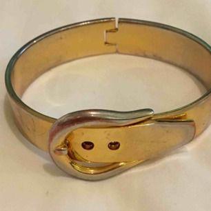 Fint armband med spänne  Hämtas i Bromma eller skickas. Köparen står då för frakt