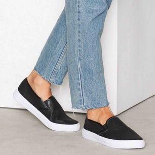 Ett par svarta slip on sneakers i strl 40 från NLY Shoes. Använda endast ett fåtal ggr så de är i extremt fint skick. Nypriset var 200 SEK men jag säljer nu för mer än halva priset. Vid betalning: möts upp, tar endast Swish.