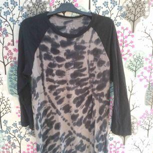 Storlek XL men jag har använt som oversize, kan nästan ha som klänning!