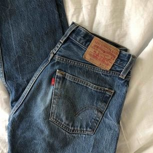 Jättefina jeans i mycket fint skick! Passar en normal 26:a :)