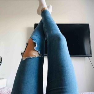 Blåa jeans från Bershka. 70kr + frakt. Betalningen sker via swish 🙃