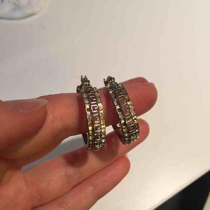 """Superfina och originella örhängen från Marseille i Frankrike. De har tappat fler av de små """"diamanterna"""" men tycker själv inte att det syns eller gör så mycket då örhängena i sig är så unika och har ett så fint mönster! ✨"""