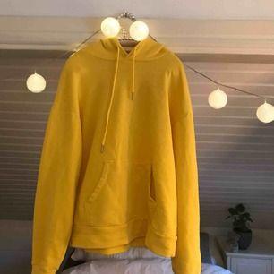 Jättegul Mysig hoodie, bra skick men har ett litet hål i armhålan som inte syns därav priset köpt för 299kr