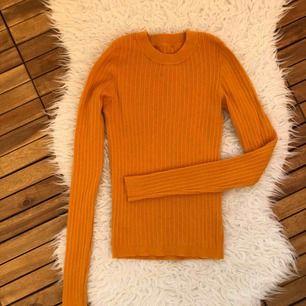 Finstickad senapsgul tröja från ASOS. Viskos så mycket mjuk och varm (även eko-vänlig). Använd en gång, fantastiskt fin färg irl.