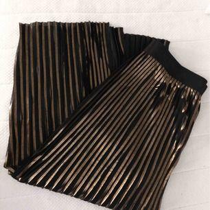 Malene Birger plisserad kjol med slits, säljes pga kommer tyvärr inte till användning. Nypris 1800kr
