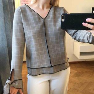 Rutig blus från Zara, oanvänt skick! Strl XS. 180 (frakt på 39kr tillkommer ✉️🕊)