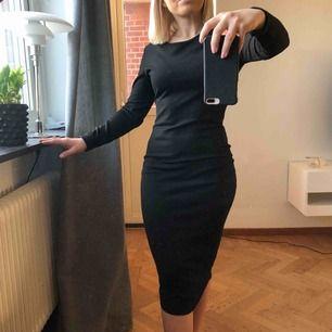 Svart, lång o elegant klänning från Lindex. Oanvänt skick! Strl XS (men vill nog säga att det sitter bättre på en med strl S/M) 80kr (spårbar frakt på 59kr tillkommer ✉️🕊)