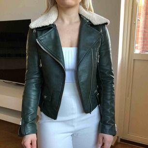 """Skinnimiterad jacka med avtagbar """"päls"""" från Zara, strl XS, jättefint skick! 170kr (spårbar frakt på 59kr tillkommer ✉️🕊)"""