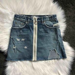 Distressed jeanskjol från zara! Använt skick men syns knappt då stilen redan är sliten. Kan frakta eller mötas upp i Kalmar 💞