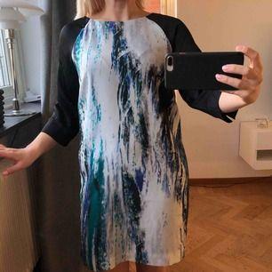 Elegant o väldigt proper klänning, från Zoul, strl 34. Oanvänt skick! 70kr (frakt på 39kr tillkommer ✉️🕊)