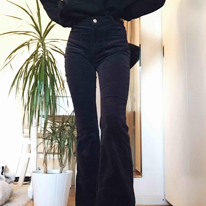 Supersnygga svart/gråa manchesterbyxor med flare nertill, använda ca 4 gånger. Jeans & Byxor.