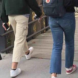 Sjukt snygga byxor som tyvärr är lite för små för mig! Passar mig i längden som är 170 cm men beror ju på hur långa man vill att dom ska va. Knappt använda, köpta här på plick!! Köpköpkööööp💕💗💘💘✨✨✨ kan mötas/frakta