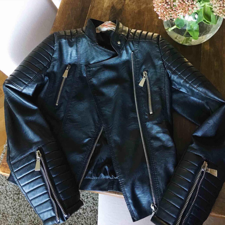 """Den bästsäljande """"moto jacket"""" från chiquelle. Använd men är i fint skick, enda anmärkningen är ett hål i armöppningen på insidan, dock syns det inte när man har på sig jackan :) Köptes för  699kr. Jackor."""