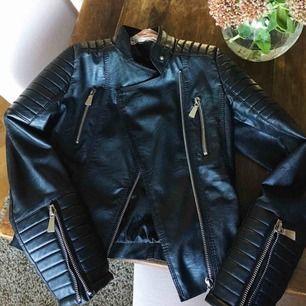 """Den bästsäljande """"moto jacket"""" från chiquelle. Använd men är i fint skick, enda anmärkningen är ett hål i armöppningen på insidan, dock syns det inte när man har på sig jackan :) Köptes för  699kr"""