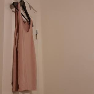 Slappt linne från Monki i lite tjockare tyg i färg beige/rosa.